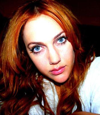 یک عکس متفاوت از مریم اوزرلی که بلوز سفید تنش کرده است
