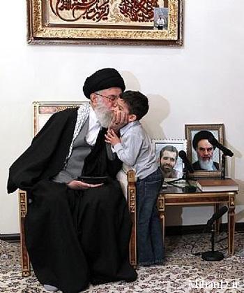 بوسه رهبر انقلاب بر علیرضا احمدی روشن
